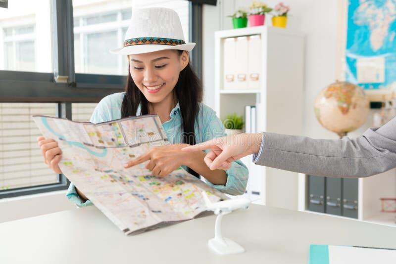 Viajante fêmea atrativo elegante que aponta o mapa foto de stock