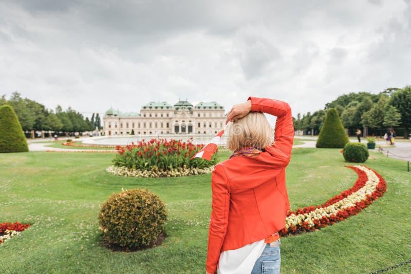 Viajante fêmea no fundo do complexo do palácio do Belvedere do século XVIII em Viena, Áustria fotos de stock royalty free