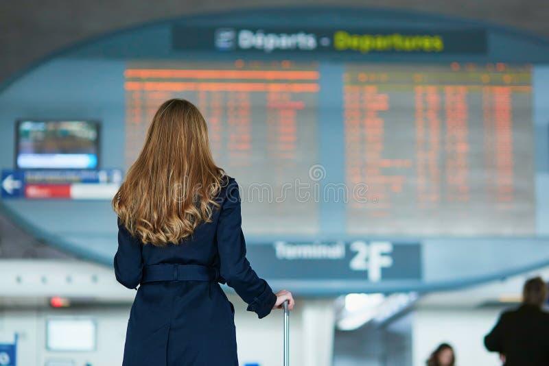 Viajante fêmea novo no aeroporto internacional fotografia de stock royalty free