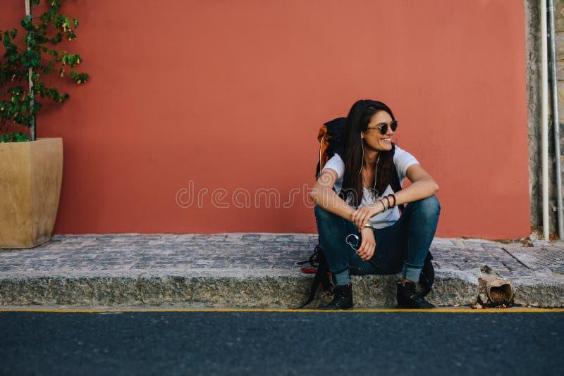 Viajante fêmea que descansa no passeio fotografia de stock royalty free