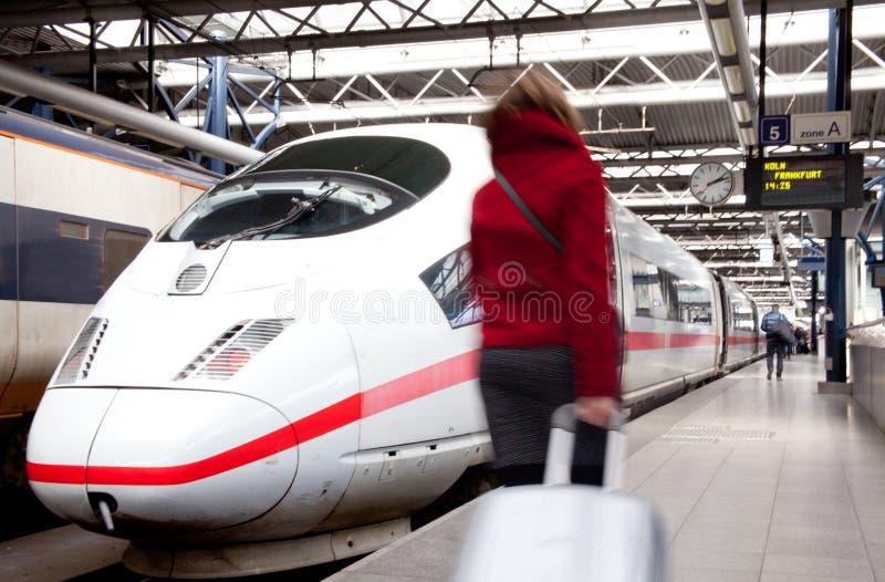 Viajante no estação de caminhos-de-ferro fotos de stock royalty free
