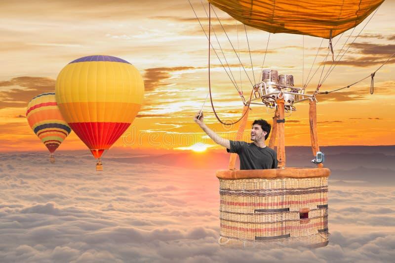 Viajante novo do homem da aventura que faz o selfie na bola do ar quente da cesta imagem de stock