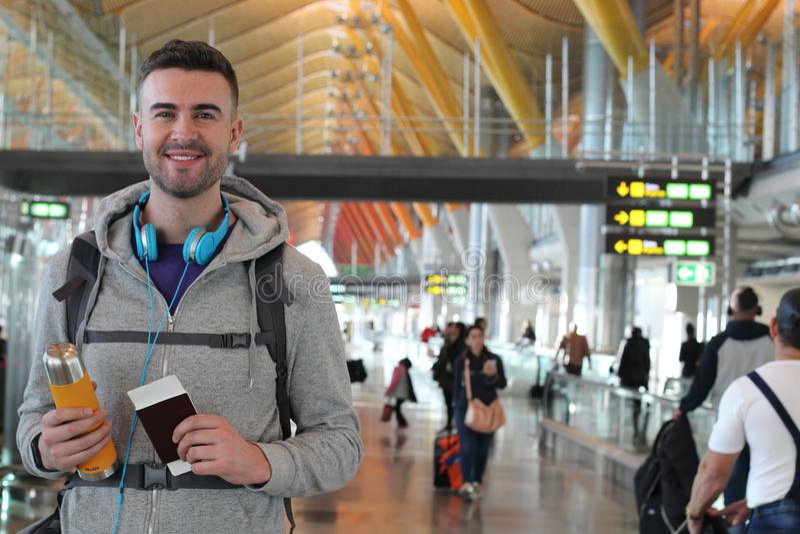 Viajante novo pronto para uma aventura no aeroporto imagem de stock