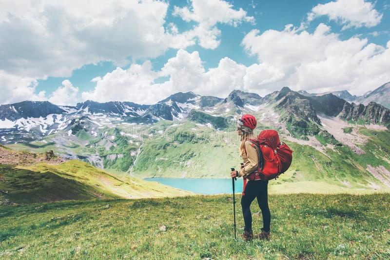 Viajante que caminha nas montanhas que apreciam as férias de verão felizes das emoções do conceito da aventura do estilo de vida  imagem de stock royalty free