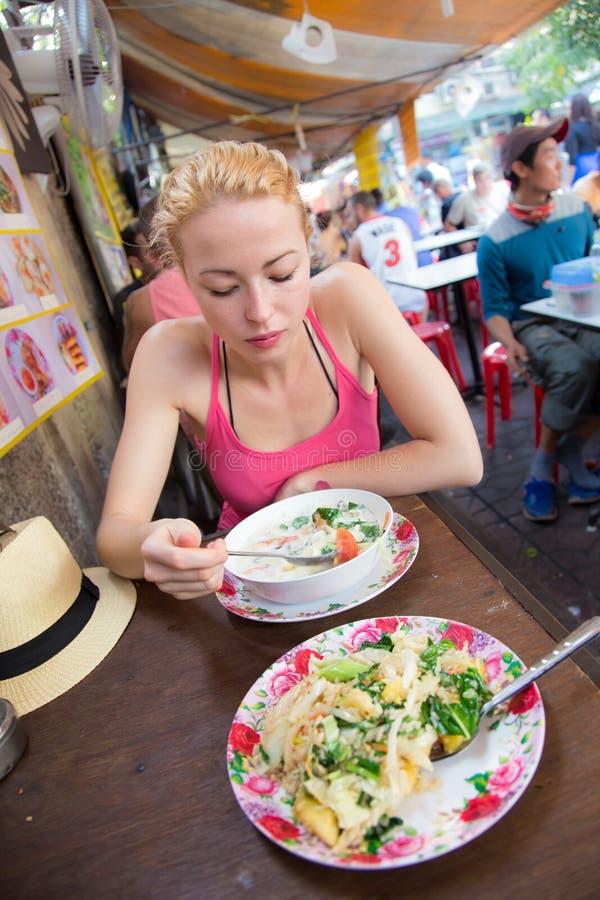 Viajante que come a sopa tailandesa tradicional de Tom Yum imagem de stock royalty free