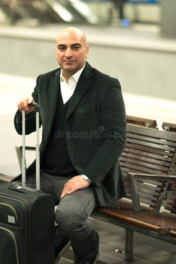 Viajante que espera apenas por seu trem atrasado imagem de stock
