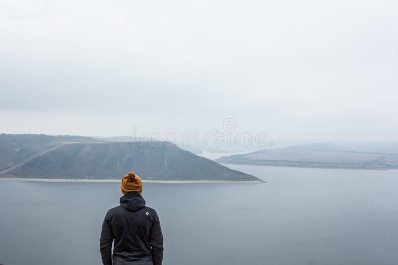 Viajante que olha a paisagem fotos de stock royalty free