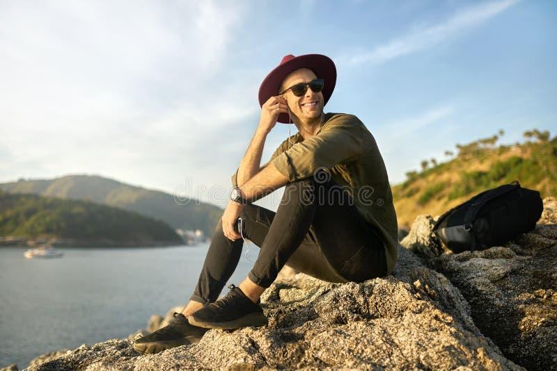Viajante que relaxa fora fotografia de stock