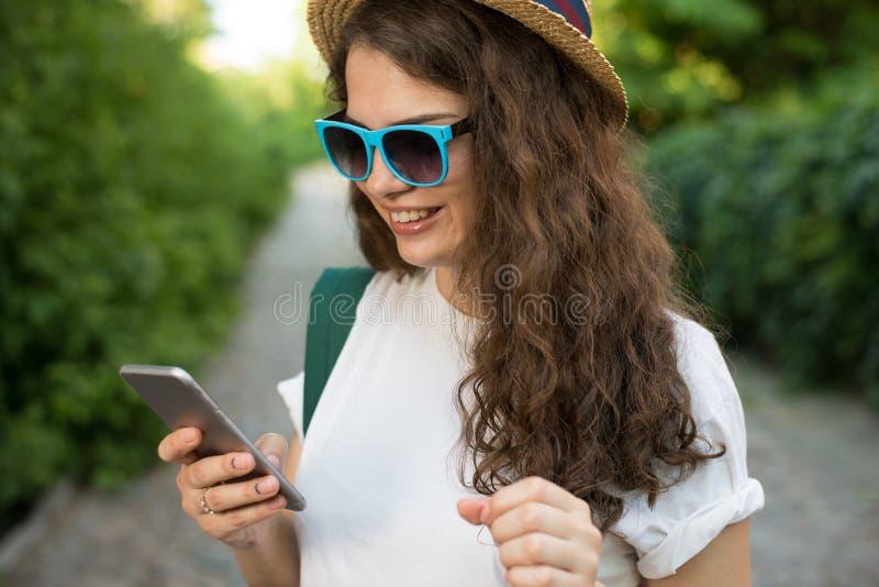 Viajante que usa o smartphone na rua fotografia de stock