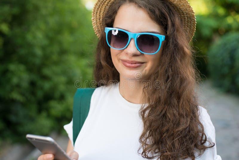 Viajante que usa o smartphone na rua imagem de stock