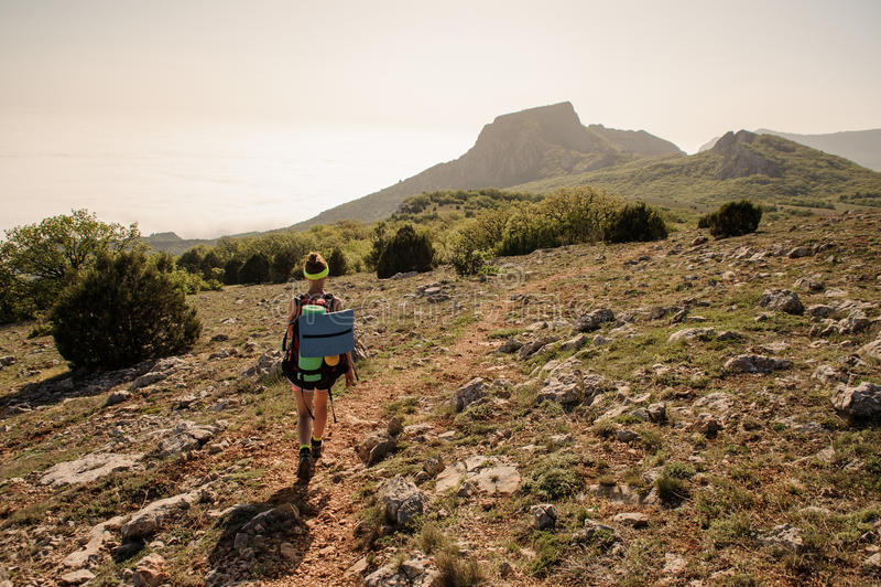 Viajante sobre montanhas caminhada à moda das mulheres momento atmosférico foto de stock