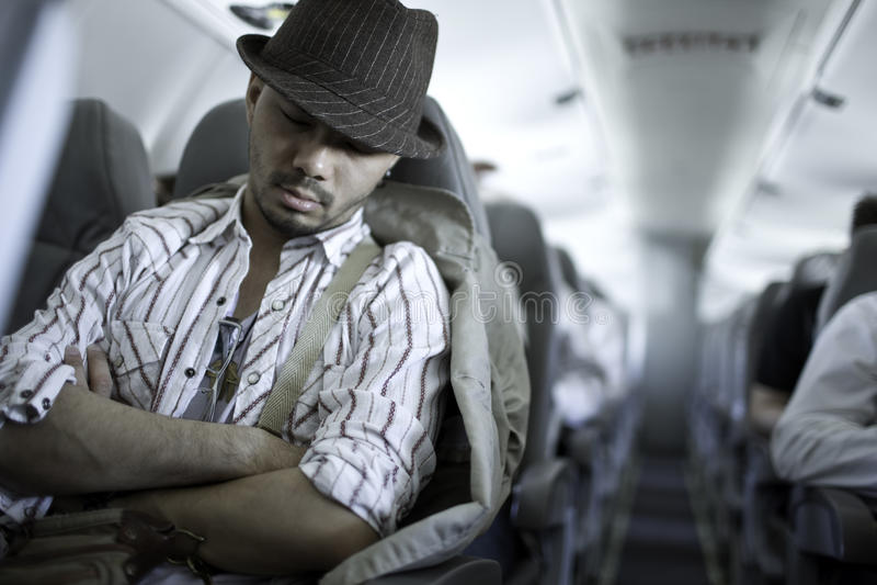Viajante Tired que dorme no plano fotos de stock