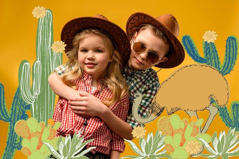 viajantes à moda pequenos nos chapéus que abraçam, no amarelo com cactos ilustração royalty free