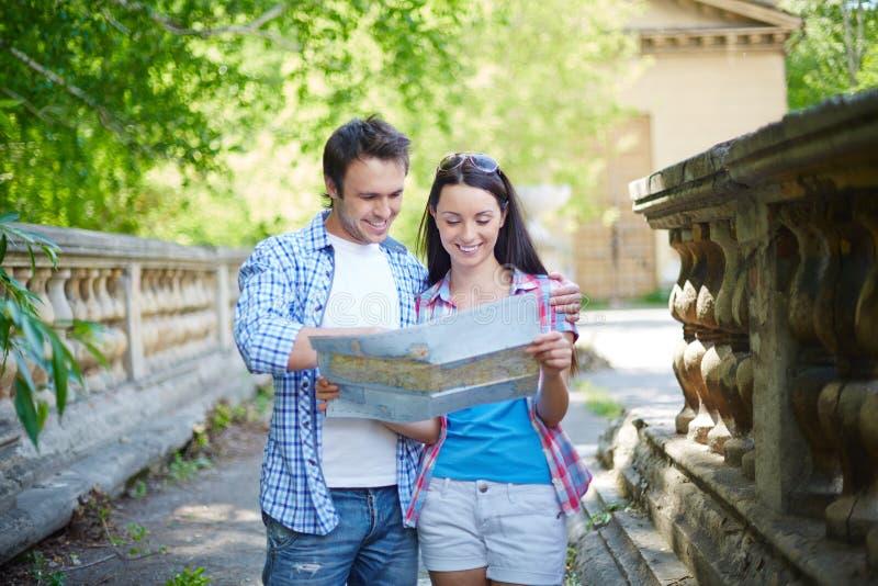 Viajantes com mapa fotos de stock royalty free