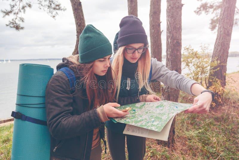Viajantes das mulheres com o mapa fotografia de stock royalty free