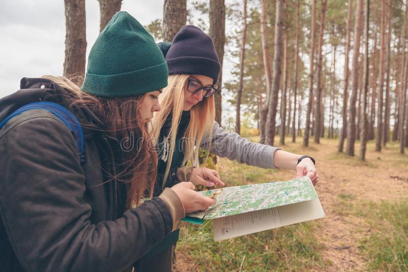 Viajantes das mulheres com o mapa e o compasso fotografia de stock