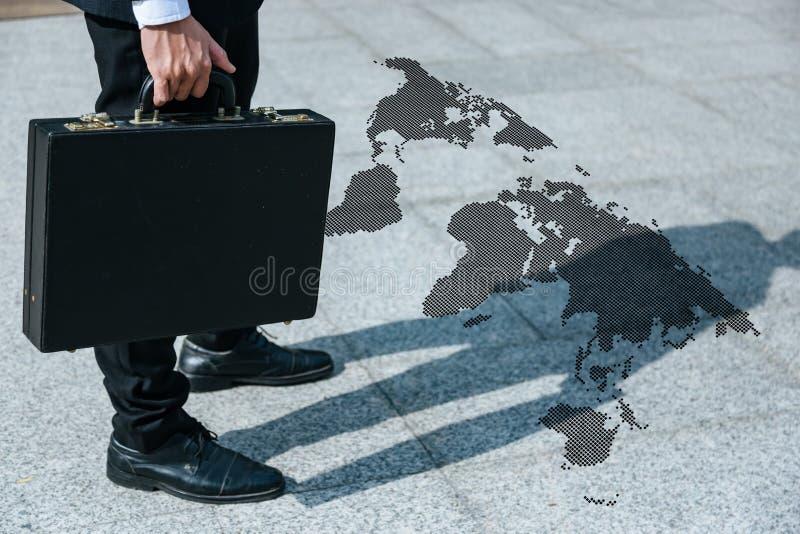 Viajantes de negócios que andam ao conection no mundo fotografia de stock royalty free