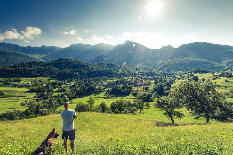 Viajantes dos pares em montanhas dos cumes de Eslovênia imagens de stock royalty free