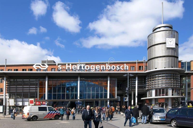 Viajantes e tráfego de Den Bosch da estação de trem fotografia de stock