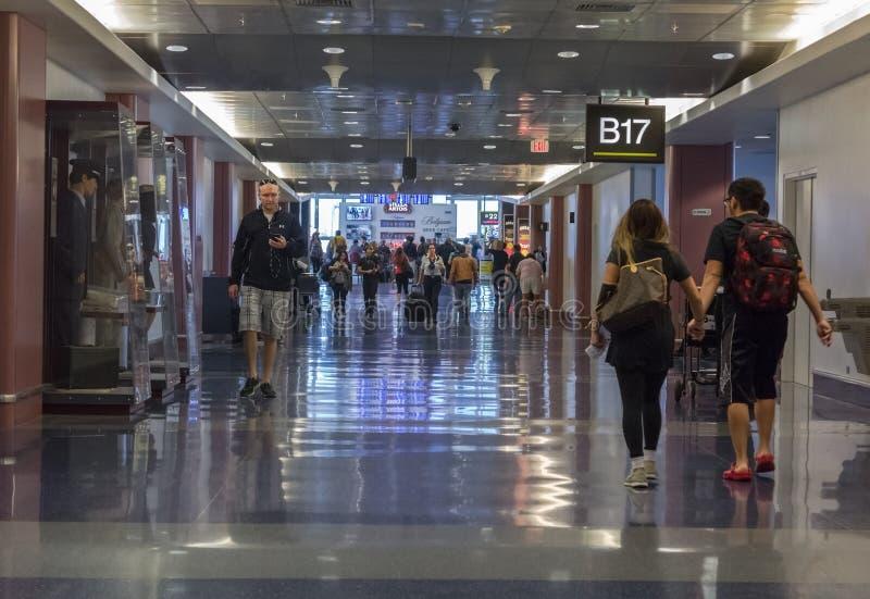 Viajantes que andam ao longo do corredor no aeroporto de Las Vegas imagem de stock royalty free