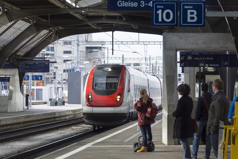 Viajantes que esperam o trem Zurique imagem de stock royalty free