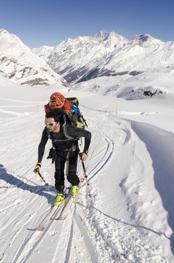 Viajar al esquiador en las montañas suizas foto de archivo libre de regalías