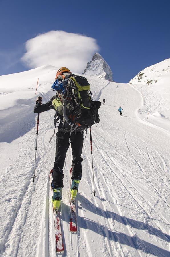 Viajar al esquiador en las montañas suizas fotografía de archivo libre de regalías