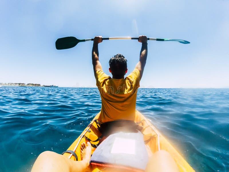 Viajar e divertir-se com pessoas de estilo de vida nas férias de verão desfrutando de uma visita com caiaque no oceano azul - fel foto de stock royalty free