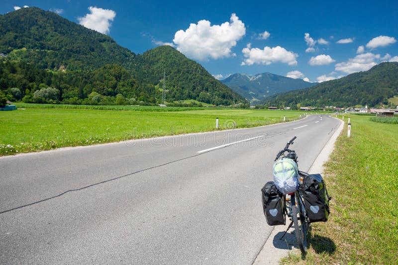 Viajar a la bici en un camino en Eslovenia fotografía de archivo
