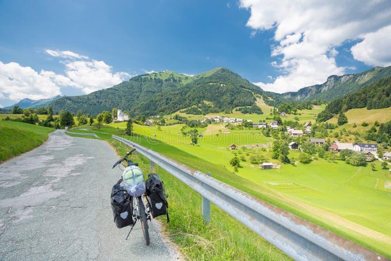 Viajar a la bici en un camino en Eslovenia foto de archivo