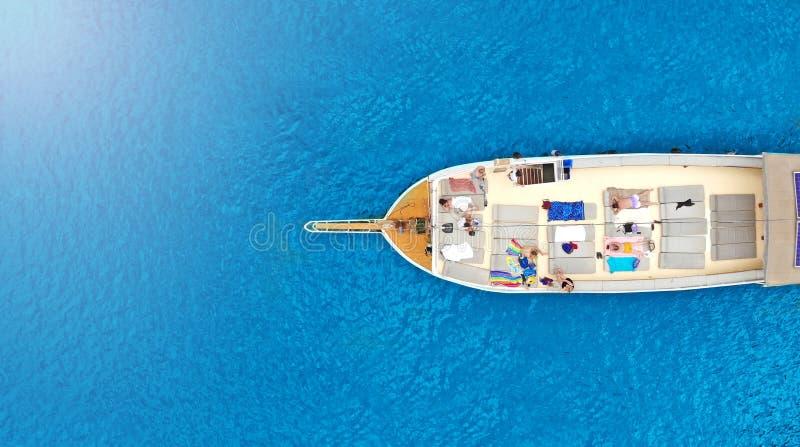Viaje a?reo, visi?n superior del barco Barco de visita tur?stico de excursi?n con los turistas que navegan en el mar imagen de archivo libre de regalías