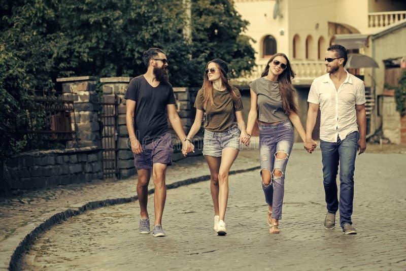 Viaje amistoso alrededor de Europa Grupo de amigos imagen de archivo