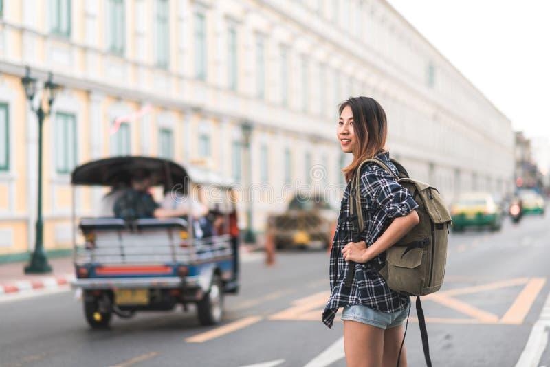 Viaje asiático de la mujer del backpacker del viajero en Bangkok, Tailandia foto de archivo libre de regalías