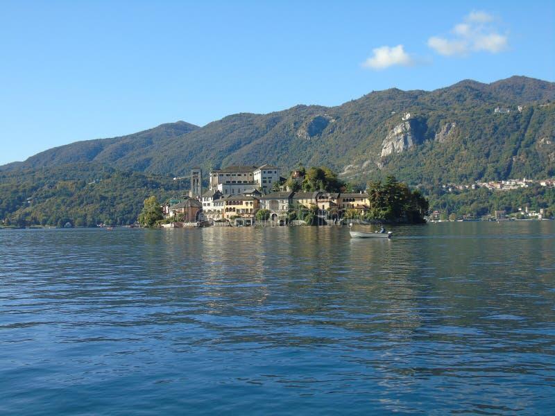 Viaje asombroso en Piemonte con una vista increíble al ` Orta del lago d fotos de archivo