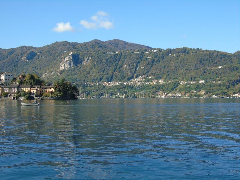 Viaje asombroso en Piemonte con una vista increíble al ` Orta del lago d fotografía de archivo