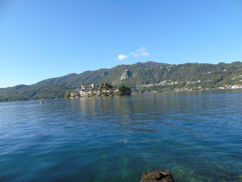 Viaje asombroso en Piemonte con una vista increíble al ` Orta del lago d imagen de archivo
