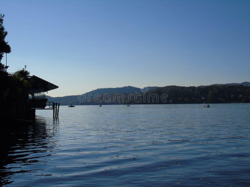 Viaje asombroso en Piemonte con una vista increíble al ` Orta del lago d foto de archivo