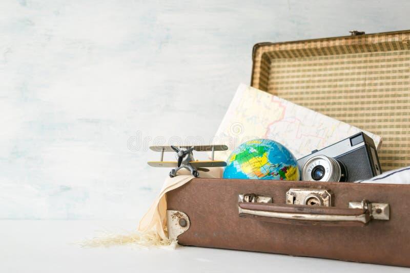 Viaje, aventura, concepto de las vacaciones Maleta retra de Brown con t fotos de archivo