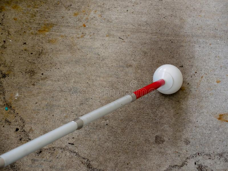 Viaje blanco del bastón con una extremidad de la bola de rodillo foto de archivo libre de regalías