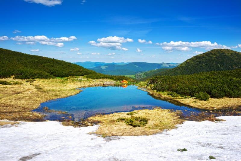 Viaje con los lagos Cárpatos imagenes de archivo
