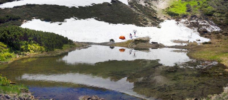 Viaje con los lagos Cárpatos imagen de archivo