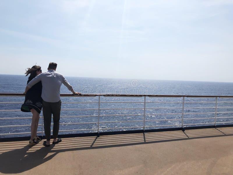Viaje de goce rom?ntico de los pares del barco de cruceros fotos de archivo libres de regalías