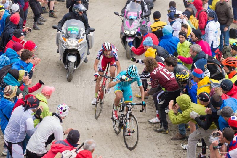 Viaje de Italia: Ciclistas que compiten con en el camino de tierra de la montaña fotos de archivo libres de regalías