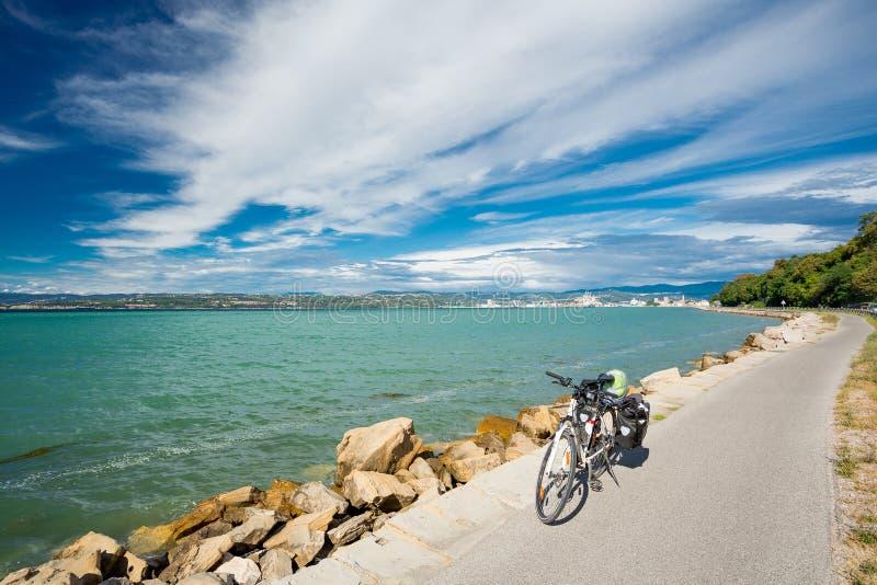Viaje de la bicicleta por el mar imagen de archivo