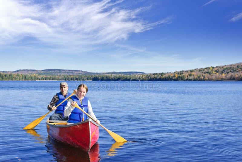 Viaje de la canoa de la familia fotografía de archivo