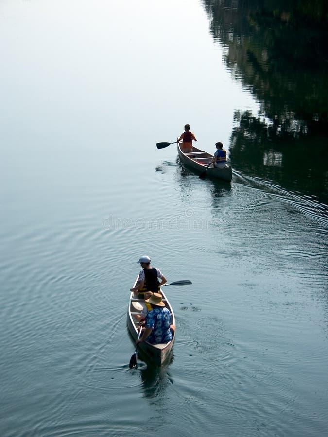 Viaje de la canoa de la familia fotografía de archivo libre de regalías