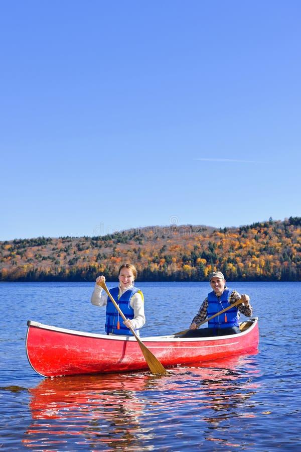 Viaje de la canoa en el lago escénico en caída imágenes de archivo libres de regalías