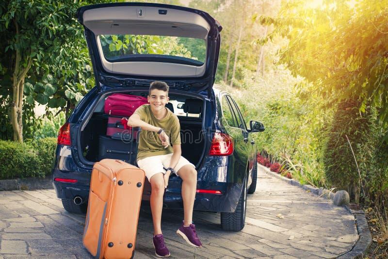 Viaje de la familia con las maletas imagen de archivo