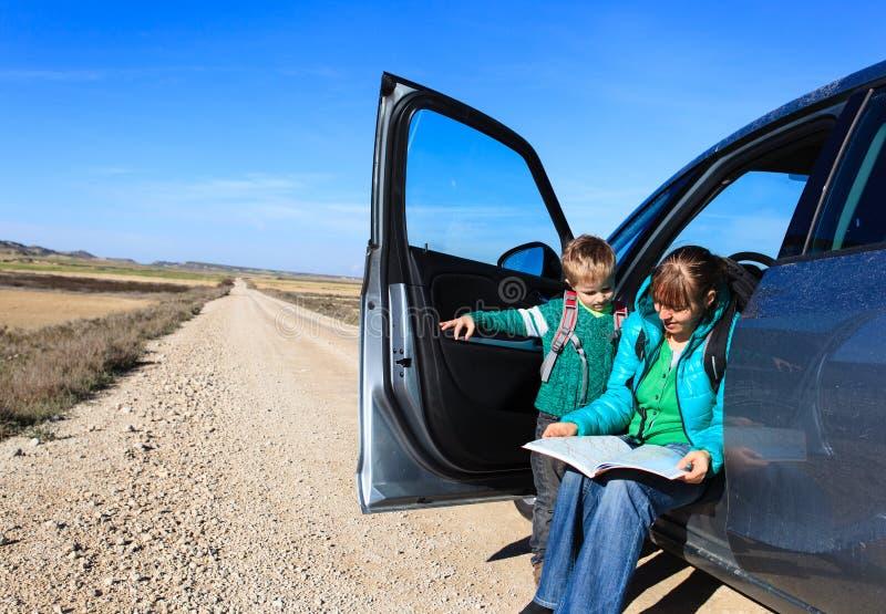 Viaje de la familia - madre e hijo que miran el mapa en el camino a las montañas imagen de archivo