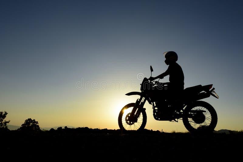 Viaje de la madrugada con la motocicleta fotos de archivo